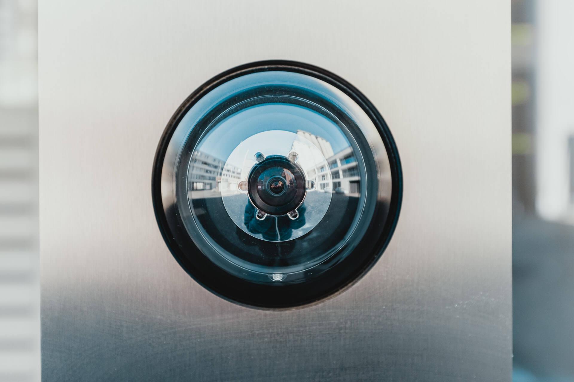 Billede af et dørkamera, adgangsalarm.